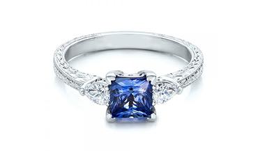Дорогие золотые кольца с цветными камнями